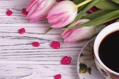 Stilleben för dag för valentin` s elegant med tulpanblommakoppen av tecknet för form för hjärta för coffemarshmallow det röda Arkivbild