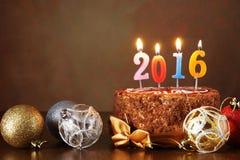 Stilleben 2016 för nytt år Chokladkaka och dekorativa trädbollar Fotografering för Bildbyråer