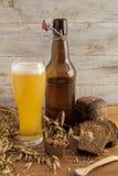 Stilleben från ett exponeringsglas och flaskor med öl arkivfoton