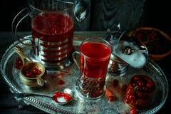 Stilleben i kunglig stil för tappning Slut upp rött aktuellt bärte eller frukt-drinken på silverdisk, bästa sikt royaltyfri bild