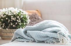 Stilleben i vardagsrummet med en mjuk filt royaltyfri bild