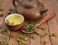 Stilleben med asiatisk teservis och rå teblad 1 arkivbilder