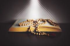 stilleben med böcker och radbandet royaltyfri bild