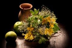 Stilleben med blommor och äpplen fotografering för bildbyråer