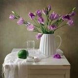 Stilleben med blommor och den små vattenmelonen arkivfoton