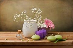 Stilleben med blommor och stearinljus royaltyfri fotografi