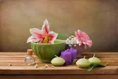 Stilleben med blommor och stearinljus royaltyfri bild