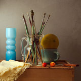 Stilleben med borstar, melonen och den blåa vasen Arkivbilder