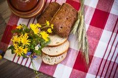 Stilleben med bröd, blommor och krukan Royaltyfri Fotografi
