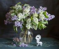 Stilleben med buketten av lilan i en vas Royaltyfri Fotografi