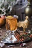Stilleben med chokladmarängar, te med citronen, äpplet, bergaskaen, pumpa, likör, ljung, tappninggaffeln och sockerkoppar arkivbild