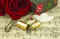 Stilleben med den röda rosen och ängel Royaltyfri Bild