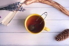 Stilleben med den stora gula kopp te Arkivbild