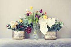Stilleben med en härlig grupp av blommor, tappningfärgsignal arkivbild