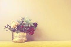 Stilleben med en härlig grupp av blommor, tappningfärgsignal arkivfoton