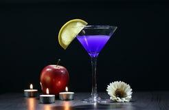 Stilleben med exponeringsglas av Martini Arkivfoton