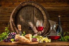 Stilleben med exponeringsglas av rött vin arkivbilder
