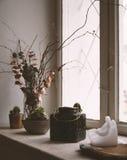 Stilleben med fönstret och en stearinljus och en vas Arkivfoto
