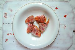 Stilleben med fisken för den röda multefiskar heads på en vit platta för tappning Arkivbilder
