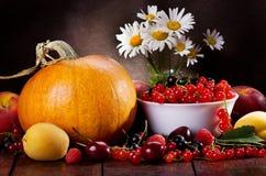 Stilleben med frukter och grönsaker royaltyfria foton
