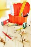 Stilleben med funktionsdugliga hjälpmedel på träarbetsbänken Arkivbild