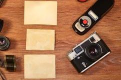 Stilleben med gammal fotografiutrustning Arkivbilder