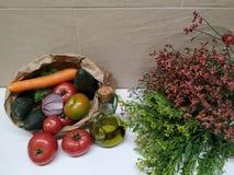 Stilleben med grönsaker och blommor, healthly mat arkivbild