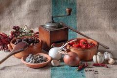 Stilleben med grönsaker och torkade örter Arkivfoto