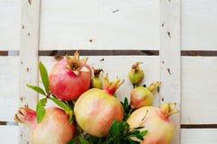 Stilleben med granatäpplen på en träbakgrund Fotografering för Bildbyråer