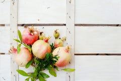 Stilleben med granatäpplen på en träbakgrund Royaltyfri Fotografi
