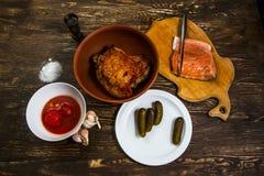 Stilleben med grillat kött av kalkon och den salta laxfilén Arkivbild