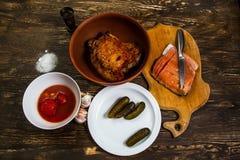Stilleben med grillat kött av kalkon och den salta laxfilén Royaltyfri Fotografi