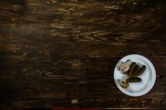 Stilleben med gurkor, vitlök Arkivbild