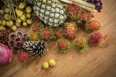 Stilleben med höstfrukter arkivfoton