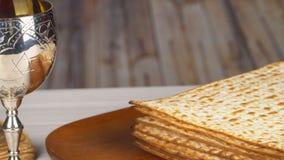 Stilleben med judiskt påskhögtidbröd för vin och för matzoh lager videofilmer