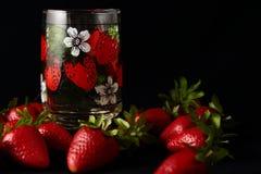 Stilleben med Juice Glass And Strawberries Arkivfoto