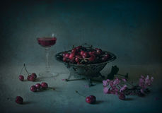 Stilleben med körsbäret och vin Royaltyfria Foton