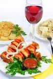 Stilleben med kött, klimpar och vin. Royaltyfria Bilder