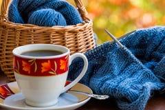 Stilleben med kaffe och handarbete arkivbild