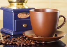 Stilleben med kaffebönor och gammalt kaffe maler på träbakgrunden Arkivbilder