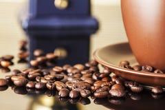 Stilleben med kaffebönor och gammalt kaffe maler på träbakgrunden Royaltyfri Bild