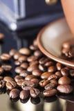 Stilleben med kaffebönor och gammalt kaffe maler på träbakgrunden Royaltyfri Fotografi