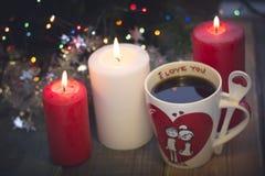 Stilleben med kaffekoppar och stearinljus Arkivbild