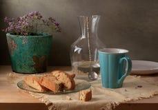 Stilleben med kakor och den blåa koppen Arkivfoto