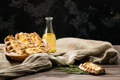 Stilleben med klassiska italienska nya hemlagade Karelian pajer w Royaltyfri Foto