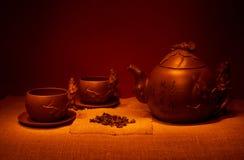 Stilleben med koppar, tefat, en teinfuser av handgjord lera Royaltyfri Bild