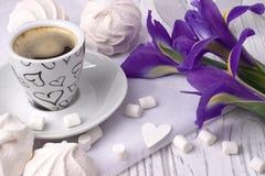 Stilleben med koppen av irins för coffemarshmallowsefir blommar hjärtatecknet på vit träbakgrund bröllop red steg Kvinna Arkivfoto