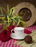 Stilleben med koppen och hemblomman Arkivfoton