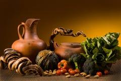 Stilleben med krukmakeri och grönsaker arkivfoton