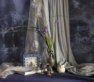 Stilleben med lösa blommor och en klocka Royaltyfria Foton